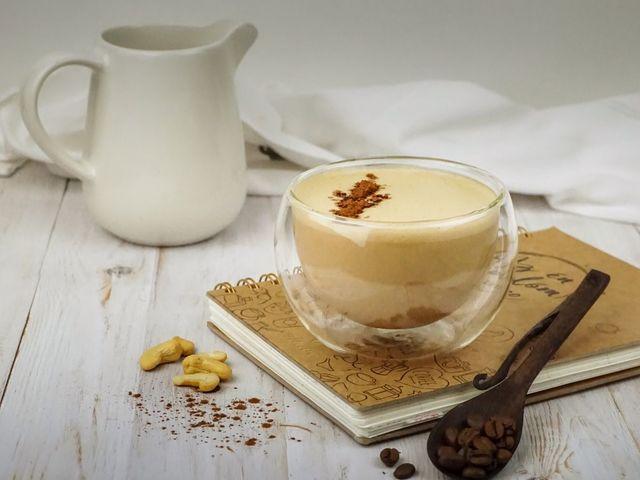 Vegán mogyorós-karamellás latte