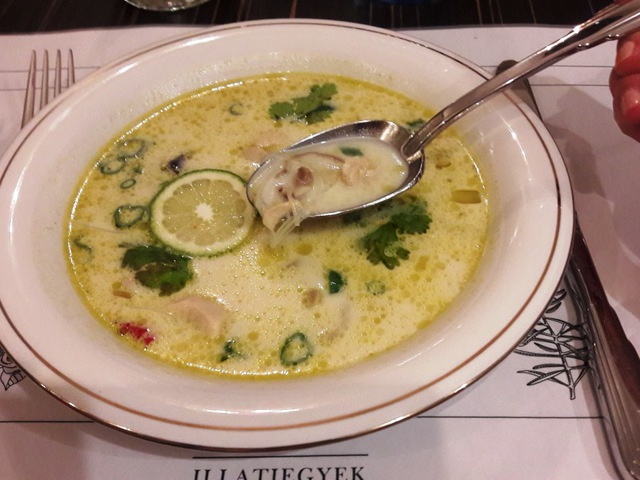 Keleti kalandok 3 fogásban: tavaszitekercs, thai kókuszos csirke leves, falafel humusszal