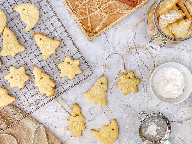 Így készíts ehető karácsonyfadíszeket