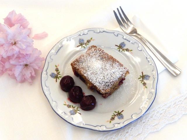 Kata meggyes-dobálós sütije