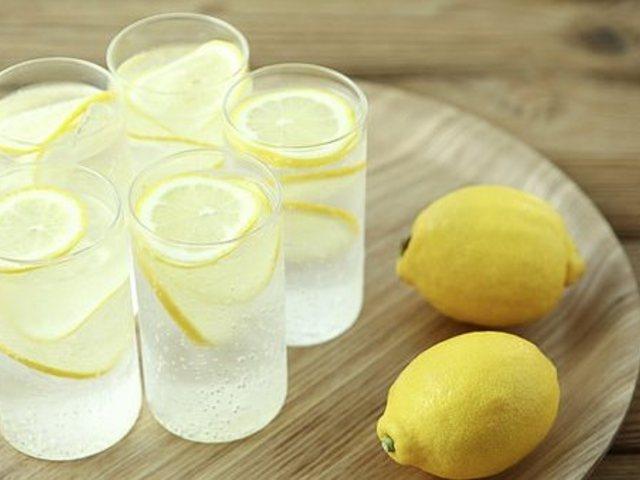 Még egyszer a citromos vízről: tényleg használ, vagy csak trendi ezt inni reggel?