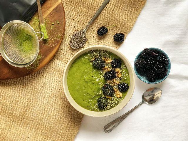 Hűsítő-frissítő szedres smoothie bowl reggelire