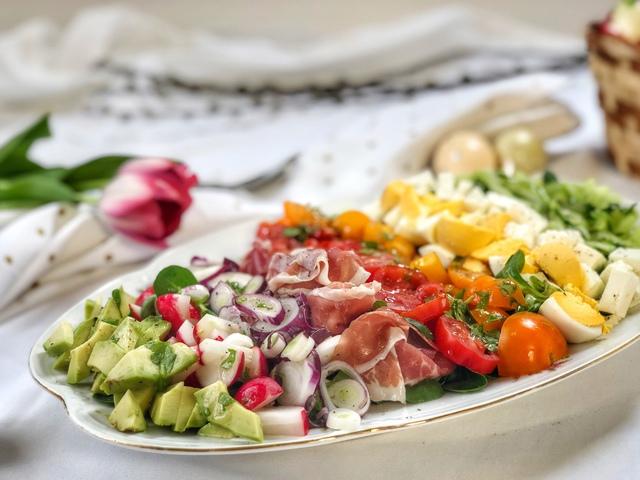 Húsvétra készíts Te is szivárvány salátát!