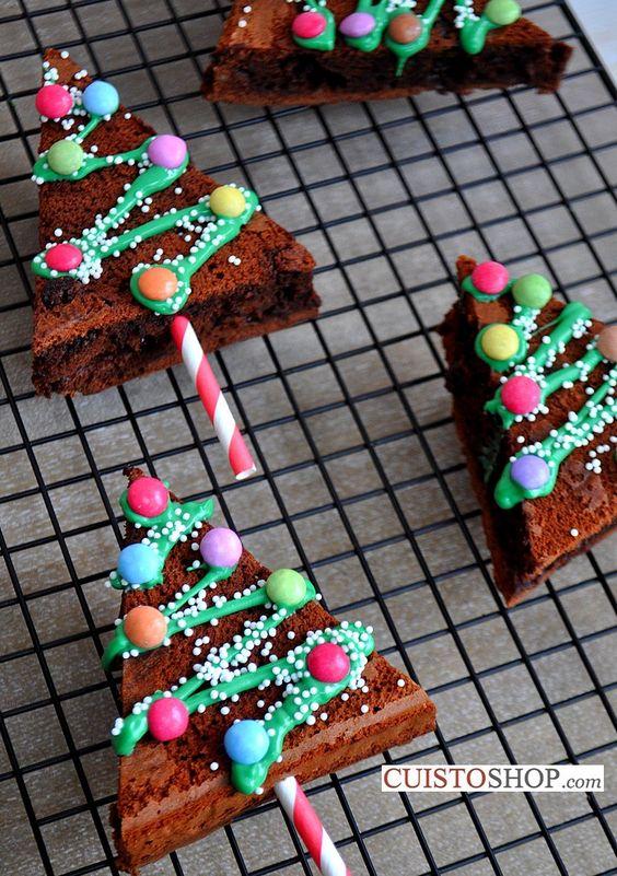 Süssünk egy könnyű piskótát vagy browniet, vágjuk fel háromszögre, és dekoráljuk tetszés szerint a 'karácsonyfánkat', a törzs helyére jöhet egy színes szívószál.