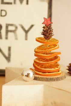 Narancs karika fenyőfa. Ha egy nagyobb fajéj rúdra teszed rá, akkor nem csak csodás látvány, de csodás illat is lesz.
