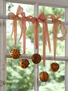 Lógassunk különböző hosszúságú szalagokra kötött terméseket az ablak elé.
