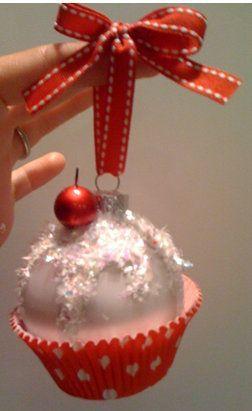 Dobd fel a régi gömböt egy kis csillámporral és egy muffin papírral.