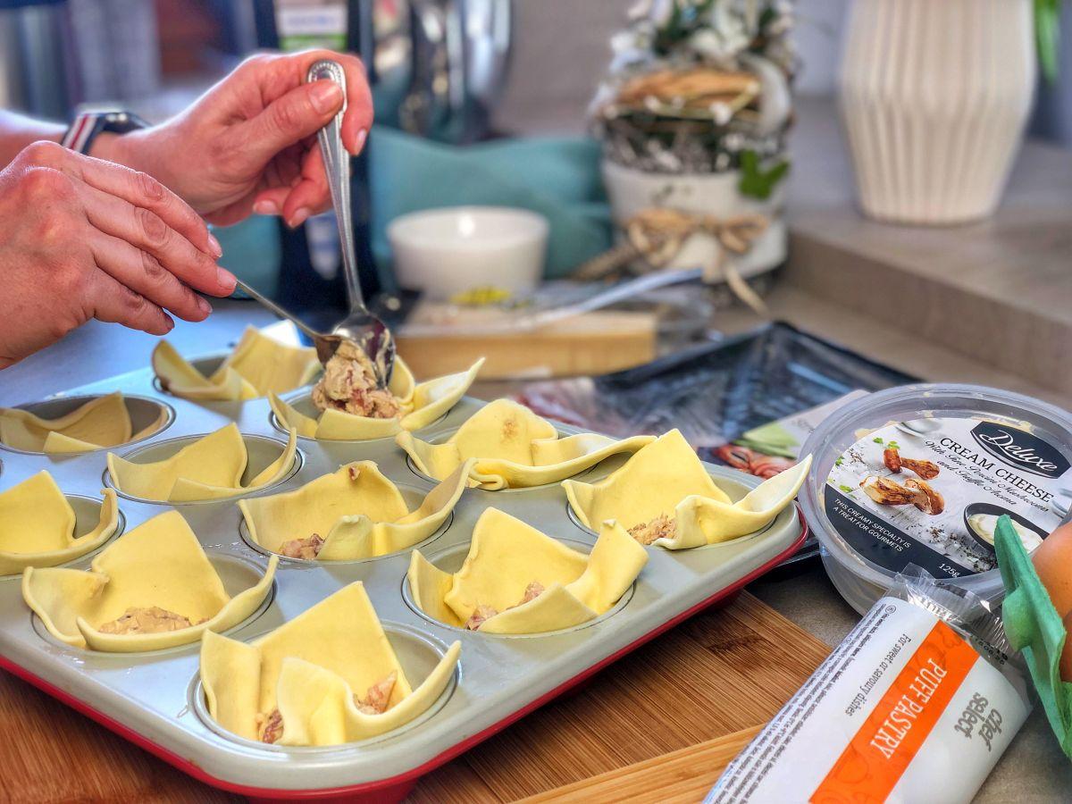 Beleteszünk 1 teáskanál sonkás-sajtos krémet