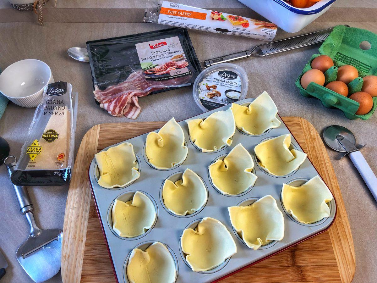 A muffin formába beletesszük a felkockázott leveles tésztát
