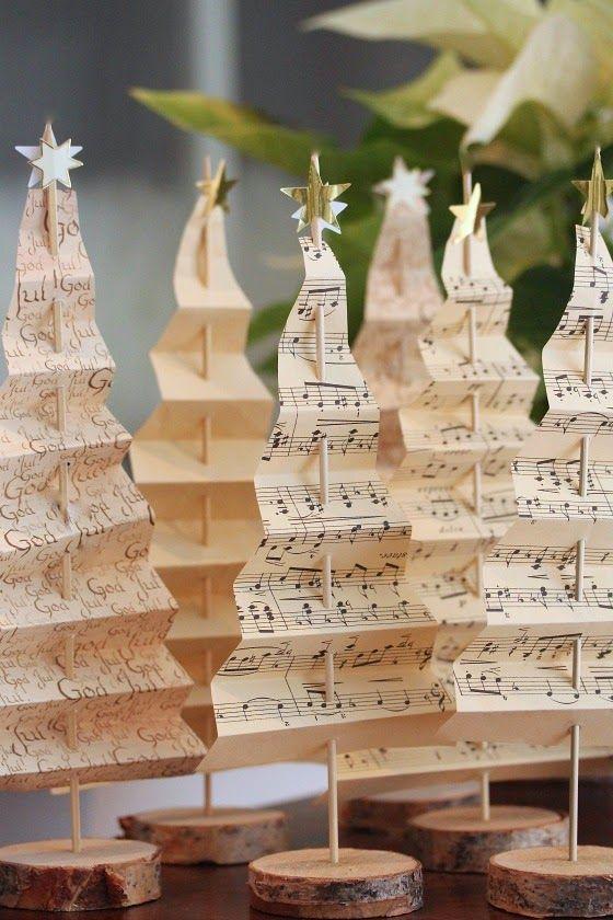 Harmonika karácsonyfa megsárgult lapokból