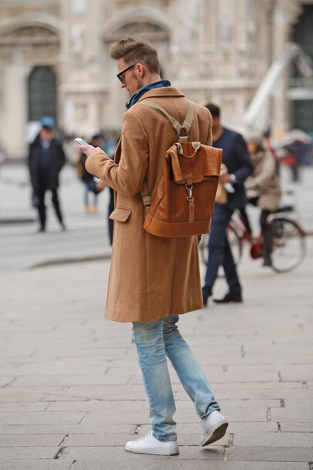 milan-fashion-week-2015-street-style-camel-coat-men-style-ferfidivat-denim-farmer-dzseki-hatizsak-benzolbag-smizedivat_11.png