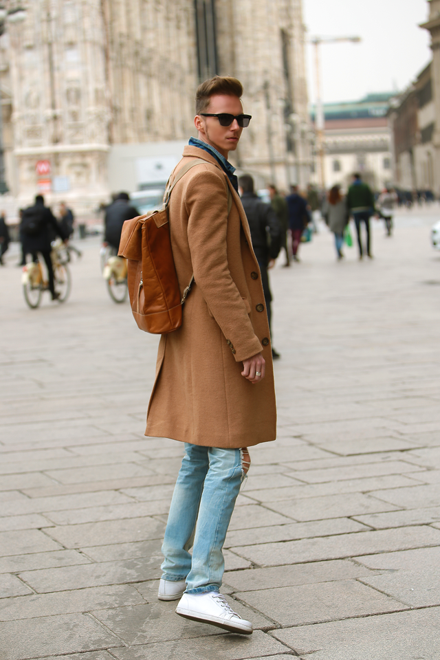 milan-fashion-week-2015-street-style-camel-coat-men-style-ferfidivat-denim-farmer-dzseki-hatizsak-benzolbag-smizedivat_13.png