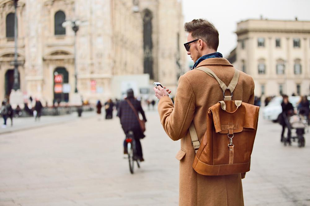 milan-fashion-week-2015-street-style-camel-coat-men-style-ferfidivat-denim-farmer-dzseki-hatizsak-benzolbag-smizedivat_14.png