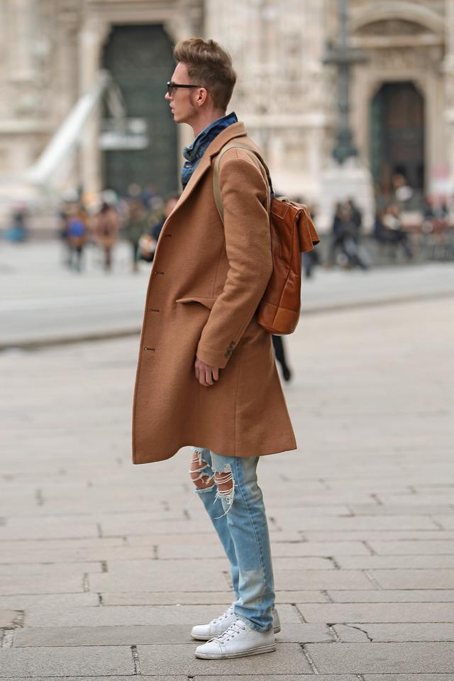 milan-fashion-week-2015-street-style-camel-coat-men-style-ferfidivat-denim-farmer-dzseki-hatizsak-benzolbag-smizedivat_2.png