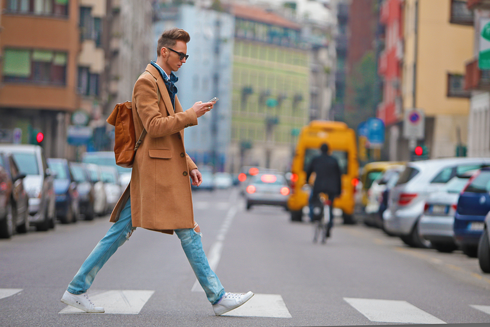 milan-fashion-week-2015-street-style-camel-coat-men-style-ferfidivat-denim-farmer-dzseki-hatizsak-benzolbag-smizedivat_5.png