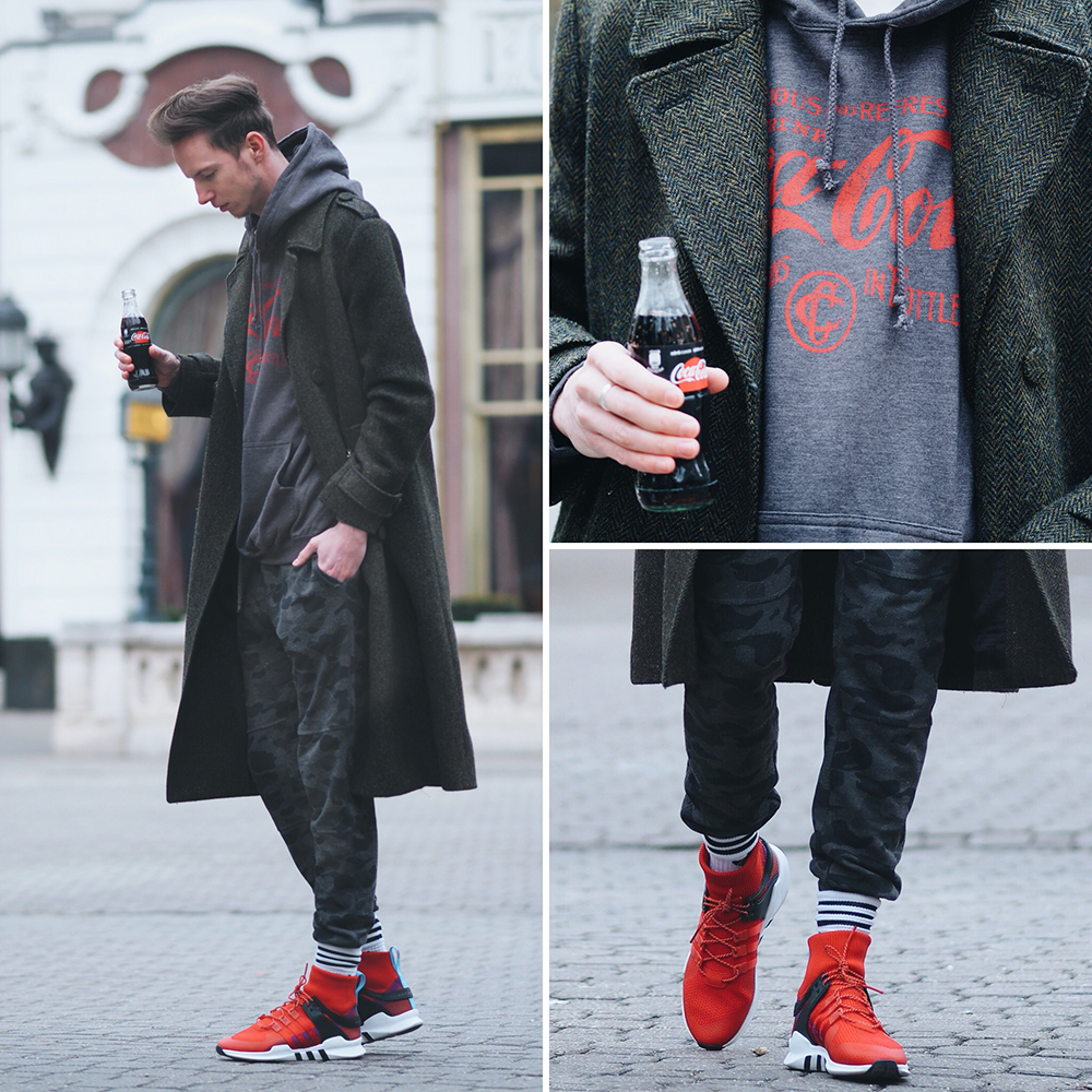 ferfi_divat-_2018_mensstyle_trend_hosszu_kabat_jogger_calvin_klein_coca_cola_adidas_sneaker_1.png