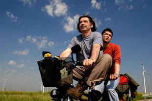 A világ nagy és a megváltás a sarkon ólálkodik / Svetat e golyam i spasenie debne otvsyakade (2008)