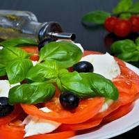 Mozzarella caprese - eljött a tökéletes ízű paradicsomok ideje
