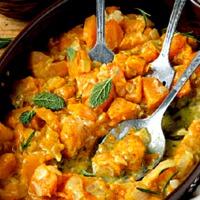 Sűrű és tejszínes: sütőtökös csirkemellragu, ami a curry-től lesz igazán pompás