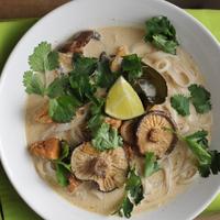 Kókusztejes, édes-savanykás csirkeleves sok zölddel és gombával