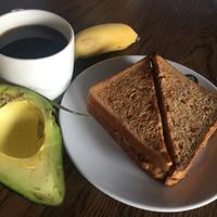 Ezért kell szaladnod a reggeli kávé után - avokádó, szilva és még egy csomó minden, ami segíti az emésztést