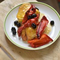 Édes kaliforniai paprikával és fekete olajbogyóval sült csirke