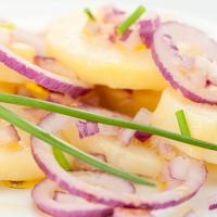 Ecetes krumplisaláta jó sok lilahagymával - Minimalista recept, maximális ízek