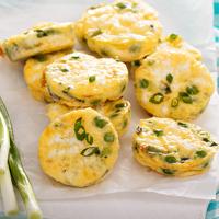 Frittata friss zöldborsóval és feta sajttal: muffinformában is megsütheted