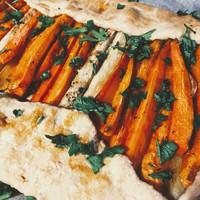 Omlós tészta, feta sajtos töltelék, aranybarna répák: francia hajtogatott tészta húsvétra