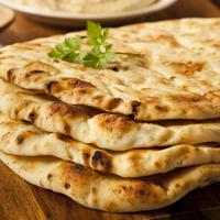Így készül India foszlós és lágy kenyere, a naan: serpenyőben sül