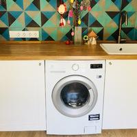 Inkább ott ugráljon! 5 érv, amiért jobb helyen van a konyhában a mosógép