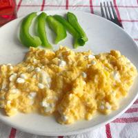 Reggeli sok fehérjével és kevés kalóriával: rántotta cottage cheese-zel