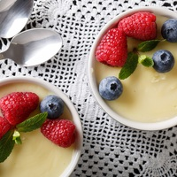 Mennyeien krémes vaníliapuding bogyós gyümölccsel: mindenmentes élvezet
