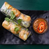 Rizspapírba tekert garnéla friss zöldségekkel: vietnámi nyári tekercs