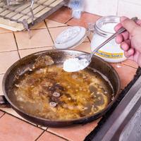 Mit tegyünk, ha odaégett az edény? A hideg zsíroldó vagy az ecet a hatékonyabb?