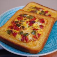 Szendvicsomlett: ropogósra sült kenyér, lágy tojás, puha zöldségek