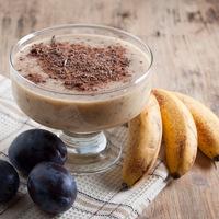Laktató szilvás-banános smoothie kakaóval: a tökéletes napindító