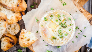 Könnyű francia lakoma ínyenceknek: fűszeres sült camembert baguette-tel