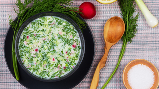 Orosz okroshka: hideg kefires leves uborkával és ropogós retekkel
