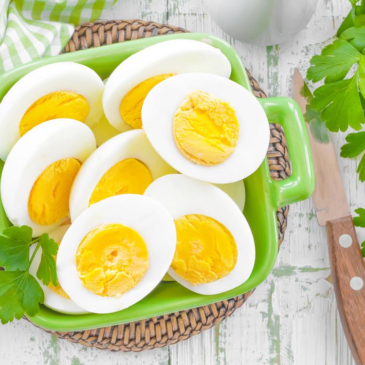 Hogyan lesz szép a főtt tojás? A sárgája így biztosan középen marad