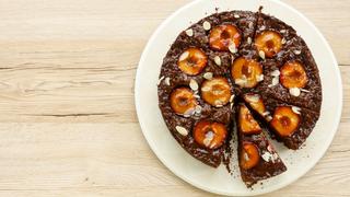 Szaftos-ragadós szilvás csokitorta: napon érett gyümölcsből sokkal finomabb