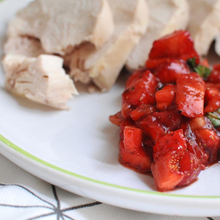 Mentás-balzsamecetes epersalsa: ne félj savanykásan enni az epret
