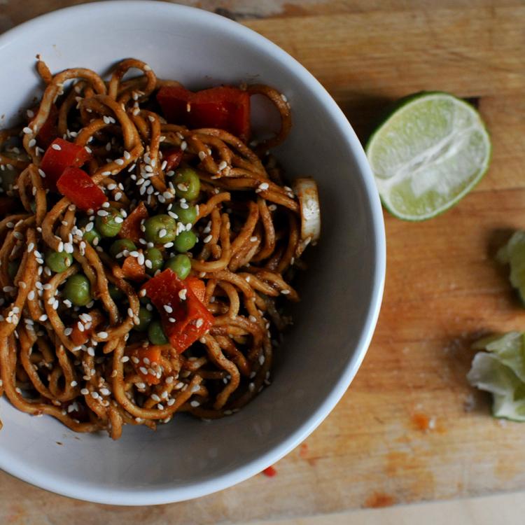 Csípős ázsiai tésztasaláta mogyorós szósszal és friss zöldségekkel