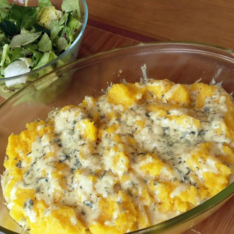 Ebéd 20 perc alatt sajtimádóknak: sajtos puliszka (sznobul: polenta) rétegesen sütve