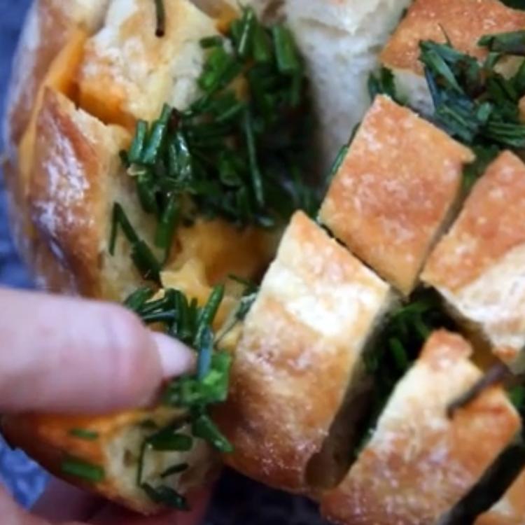 Sajttal, fűszeres vajjal töltött kenyér: meleg vacsora 10 perc alatt, és annyira finom, hogy elájultunk