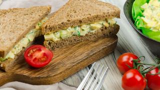 Hideg tojássaláta kaporral és szárzellerrel felturbózva: kenyérre kenve isteni
