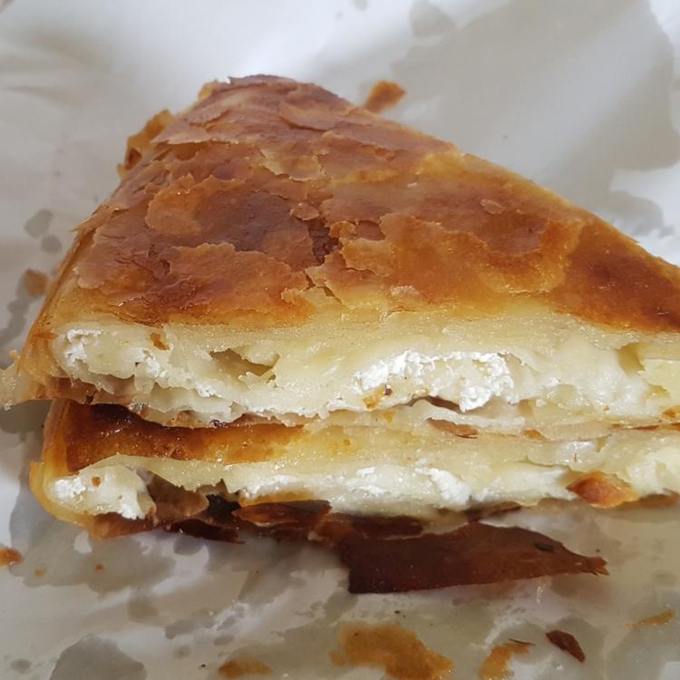 Túrós burek: a Balkán csodás rétestésztája feta sajtos töltelékkel