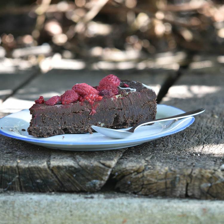 A legegyszerűbb brownie alapú torta rengeteg csokoládéval és málnával