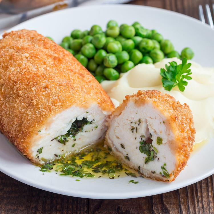 Kijevi csirkemell: a fűszervajas tölteléktől lesz omlós a hús