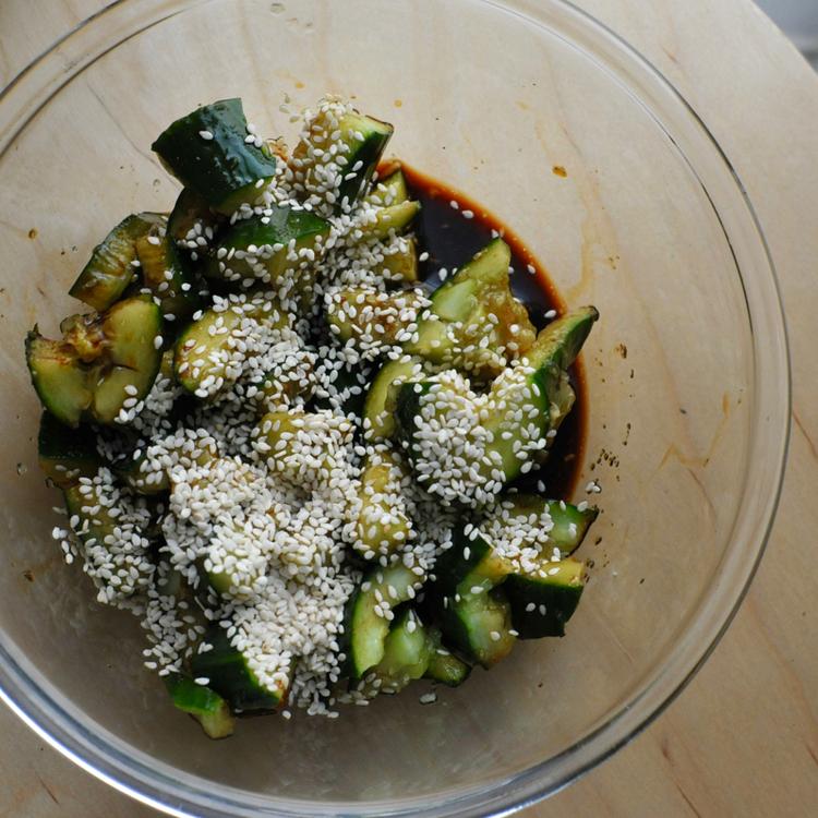 A szezámolaj és egy kis püfölés teszi különlegessé ezt az uborkasalátát